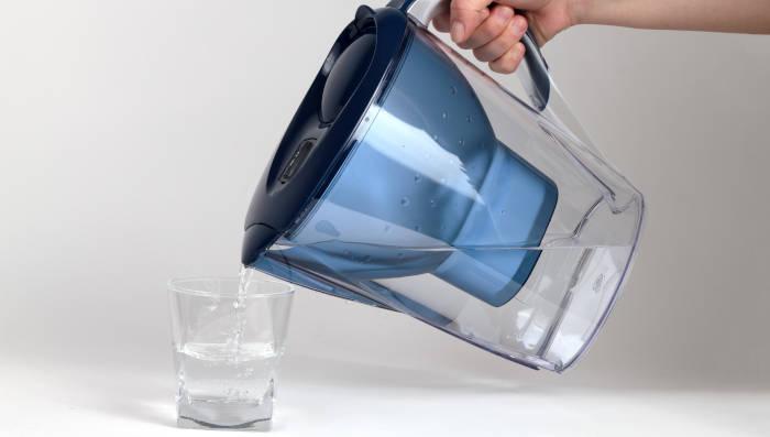 Ein Wasserfilter enthärtet das Wasser, entfernt Kalk, verbessert dadurch den Geschmack