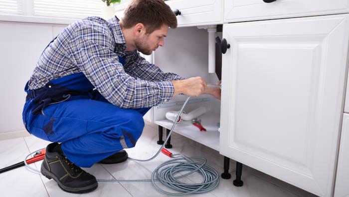Rohr-Reinigungsspirale - Anwendung unter der Küchenspüle