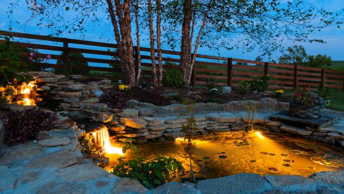 Teichbeleuchtung, ein beleuchteter Teich nachts fotografiert