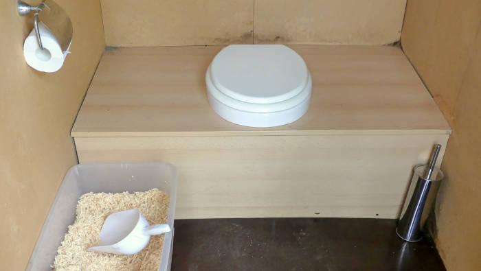 Trockentoilette - ohne Wasser, mit Holzspänen oder Stroh